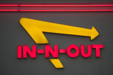 adentro y afuera: LOS ANGELES, CA  EE.UU. - 24 de mayo 2015: Ingresa Exterior de un restaurante In-N-Out Burger. In-N-Out hamburguesas, Inc. es una cadena regional de restaurantes de comida rápida con localidades del suroeste de Estados Unidos.