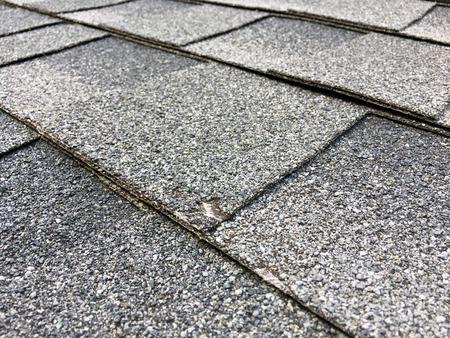 Tejas asphault con un pequeño grande de un daño de cerca granizo. Foto de archivo - 66579506