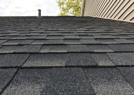 Asphault shingles on a roof up close. Standard-Bild