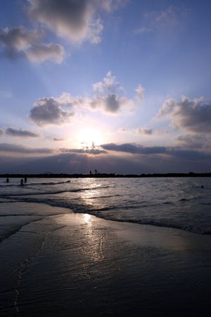 Indien wateren ontmoeten, Zonsondergang op het strand in Israël Stockfoto