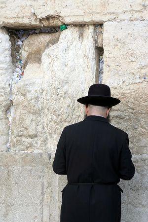 Un homme priant au mur occidental