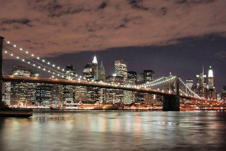 Horizon de pont et de Manhattan de Brooklyn la nuit
