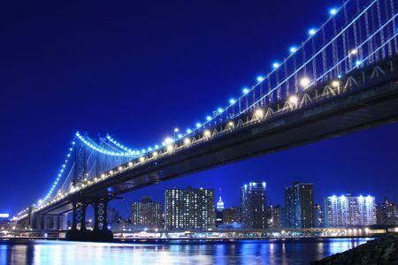 Manhattan Bridge et Manhattan dans la nuit  Banque d'images