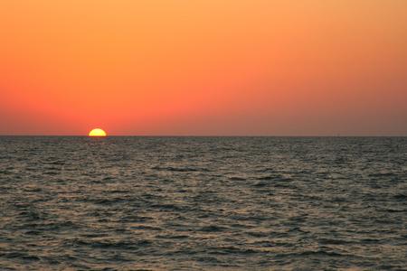 Rouge et orange coucher de soleil sur la mer.