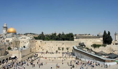 Een zicht op de Tempelberg in Jeruzalem, met inbegrip van de Westelijke Muur en de gouden koepel van de Rots. Stockfoto - 1577289