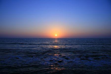 Rouge et orange coucher de soleil sur la mer