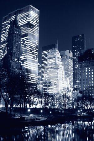 セントラル ・ パーク、夜、ニューヨーク市マンハッタンのスカイライン