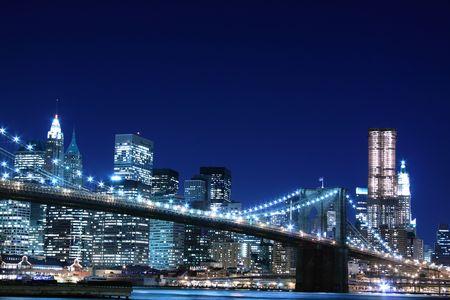 ブルックリン橋とマンハッタン スカイラインでの夜、ニューヨーク市