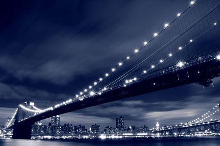 ブルックリン ブリッジと夜、ニューヨーク市マンハッタンのスカイライン 写真素材 - 6095027