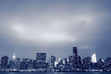 夜間照明、マンハッタンのミッドタウンにニューヨーク市のスカイライン
