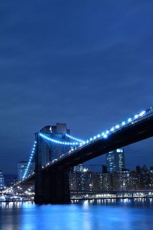 manhatten skyline: Brooklyn Bridge und Manhattan Skyline At Night, New York City