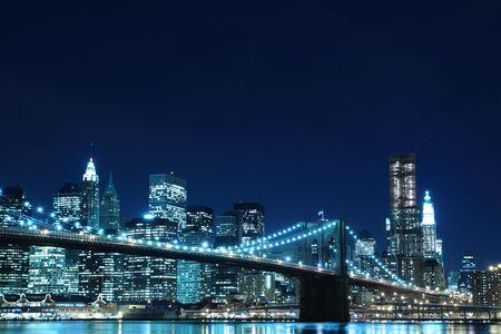 ブルックリン ブリッジと夜、ニューヨーク市マンハッタンのスカイライン