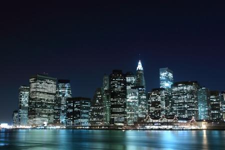 ニューヨーク市のスカイラインとマンハッタン橋の夜 写真素材