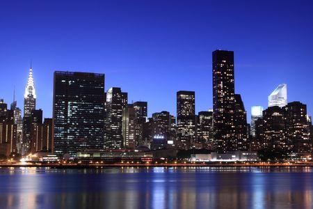 夜ライト、マンハッタンのミッドタウンにニューヨーク市のスカイライン