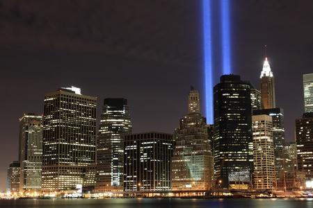 manhatten skyline: Senkt die Skyline von Manhattan und die T�rme der Lichter in der Nacht