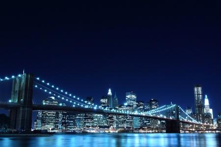 Pont de Brooklyn et Manhattan Skyline pendant la nuit, la ville de New York  Banque d'images