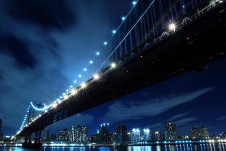 Manhattan Bridge und Manhattan Skyline At Night Lights, New York City  Standard-Bild