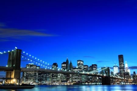 imperium: Brooklyn Bridge en Manhattan Skyline in de nacht, New York City