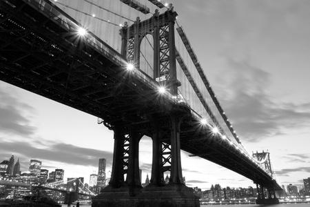 マンハッタン橋とマンハッタンのスカイラインの夜ライトでニューヨーク市 写真素材