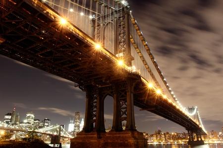 マンハッタンのスカイラインや夜、ニューヨーク市のマンハッタン橋