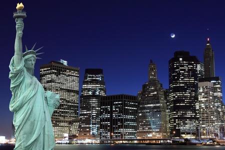 manhattan skyline and the statue of liberty at night lights, new york city  Imagens