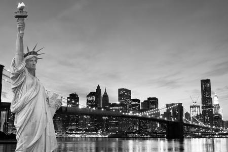 manhatten skyline: Manhattan Skyline und die Statue der Freiheit bei Nacht, New York City  LANG_EVOIMAGES