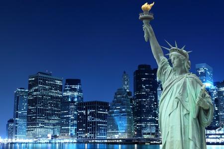 マンハッタンのスカイライン、夜間照明、ニューヨーク市で自由の女神 写真素材