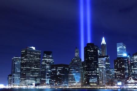 Lower Manhattan Skyline en de torens van lichten 's nachts, New York City Stockfoto