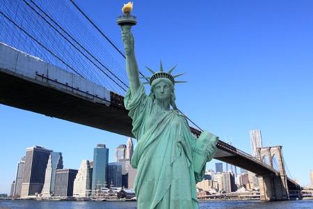manhatten skyline: Lower Manhattan Skyline und die Freiheitsstatue auf einem Clear Blue Sky aus Brooklyn, New York City