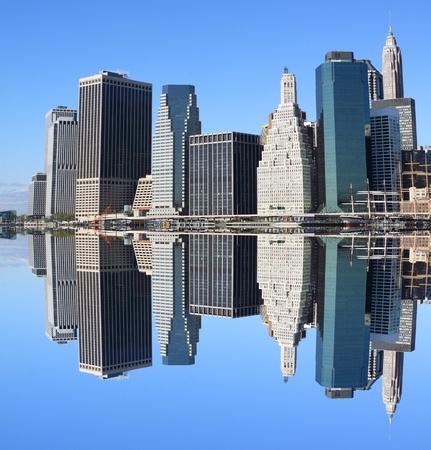 ロウアー ・ マンハッタン スカイライン、ブルックリン、ニューヨーク市から澄んだ青い空に摩天楼