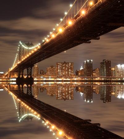 マンハッタン橋と夜のスカイライン、ニューヨーク市 写真素材