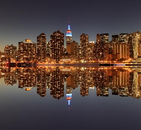 夜ライト、ニューヨーク市でミッドタウン マンハッタンのスカイライン 写真素材