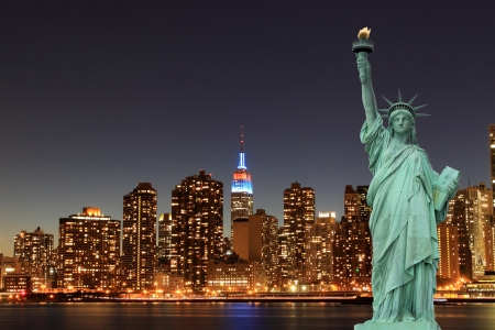Manhattan Skyline y la Estatua de la Libertad en la noche, New York City
