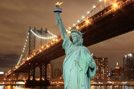 Manhattan Bridge and The Statue of Liberty at Night, New York City Stockfoto
