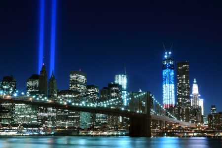 Brooklyn Bridge and the Towers of Lights (Tribute in Light) at Night, Manhattan, New York City 版權商用圖片