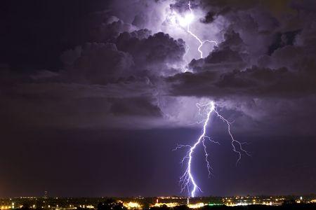 pernos: A thunderhead es iluminado por un rayo  Foto de archivo