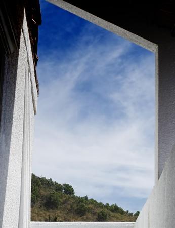 farme: una scogliera montagna incorniciato da un muro