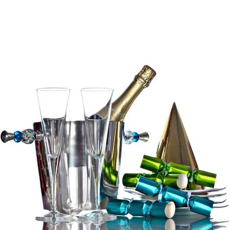 cotillons: Champagne dans un seau d'argent avec des plaques blanches, chapeau de partie d'or, et favorise Parti vert et bleu Banque d'images