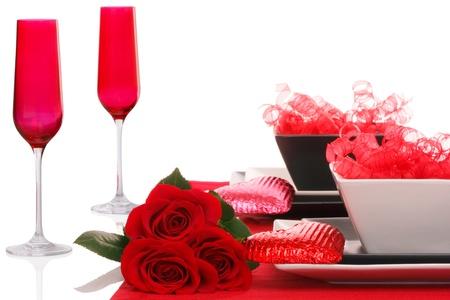 cena romantica: Isolati; romantico ambiente moderno Tabella Black & White ~ Red Champagne Flutes con Fresh Rose Rosse