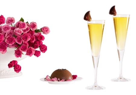 Close-Up of scanalate Champagne Flutes con accenti di cioccolato, cioccolato Bomb Crme Brule e rosa baby Roses ~ include il percorso di clipping Archivio Fotografico