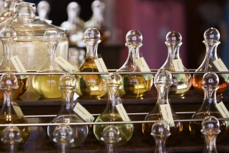 Bouteilles d'huiles essentielles et perles de bain et sels