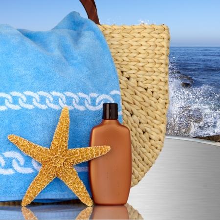 Day Spa Still-life Starfish Beach Bag Wtith e creme solari Il MetalTable Con Onde Ocian in background Archivio Fotografico - 11550311