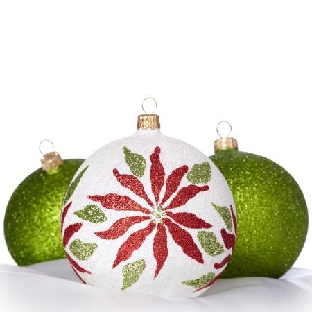 Bianco, verde e rosso Ornamenti natale su sfondo bianco ~ Copyspace per salutare Archivio Fotografico