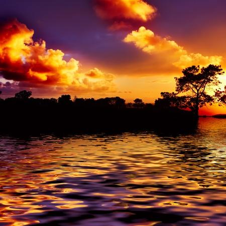 Arancio e blu Tramonto Riflettendo In Acqua Sulla Spiaggia