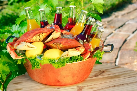 Cooked Red Dungeness Crabs In Copper Bucket With Assorted Flavored Sodas, Orange, Cranberry, Lemon, Berry,  Archivio Fotografico