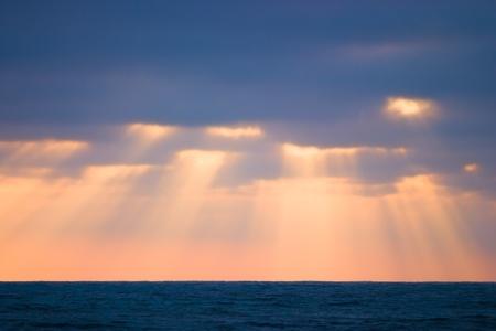 영광: 해변에서 황금 태양 광선 스톡 사진