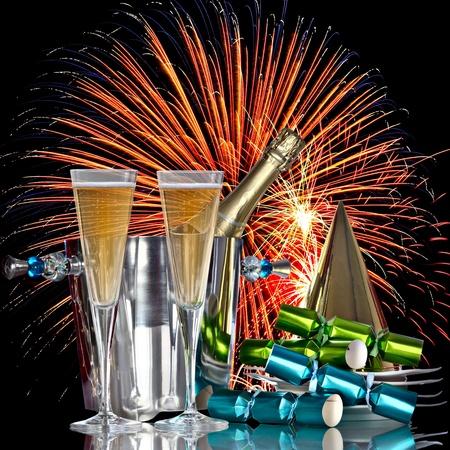 festive occasions: Fuegos artificiales festiva celebraci�n, los vinos de Champagne cubo hielera con botellas, sombrero del partido, favores y Bebidas rom�ntico A�o Nuevo Foto de archivo