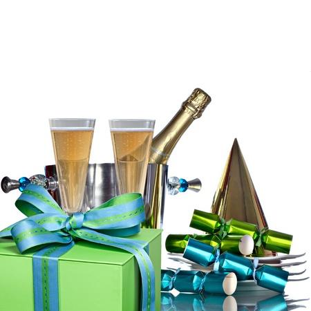cotillons: Champagne de vacances festif Dans Cooler Seau � vin en argent pour Romantique C�l�bration du Nouvel An avec vintage plaques blanches, chapeau de f�te d'or, et les faveurs du Parti vert et bleu Banque d'images