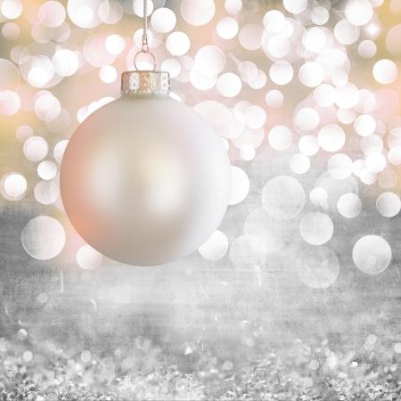 navidad elegante: Blanco vintage de adorno de Navidad pelota por encima de elegante gris del Grunge, p�rpura, rosa, oro y Luz de la Navidad bokeh de fondo de cristal
