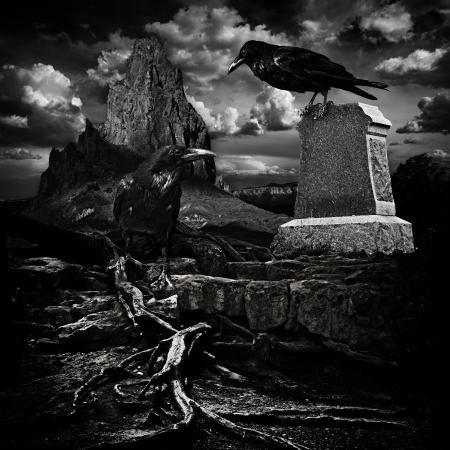 Spooky Halloween Haunted Mountain cimitero con la tomba del sito Spaventoso Grave, Morto Roots albero contorto e Ravens Male Archivio Fotografico